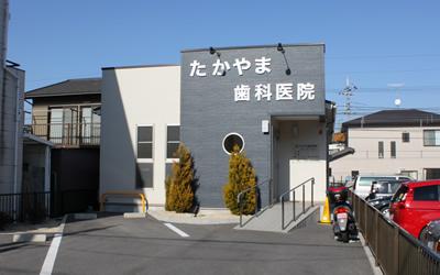 正面の入口です。お車3台分を止められる駐車場があります。
