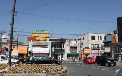 JR膳所駅・京阪膳所駅より、郵便局とファミリーマートがある東の通りに入ります。